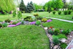 与绿色空间、植物、花和树的环境美化的区域 库存照片