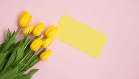 与黄色笔记的花 图库摄影