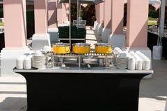 与黄色罐的承办酒席桌 免版税库存照片
