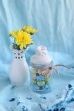 与黄色花和美丽的花瓶的静物画 图库摄影
