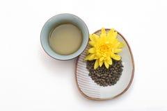 与黄色花的人参扭转的茶叶 免版税库存照片
