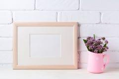 与紫色花的木风景框架大模型在桃红色土气 免版税库存照片
