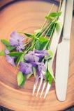 与紫色花的欢乐表设置 免版税图库摄影