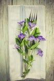 与紫色花的欢乐表设置 图库摄影