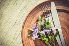 与紫色花的欢乐表设置 免版税库存图片