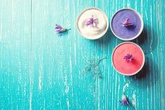 与紫色花的温泉设置在蓝色木背景 库存照片