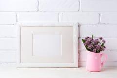 与紫色花的白色风景框架大模型在桃红色土气 库存照片