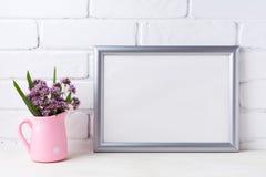 与紫色花的银色风景框架大模型在桃红色土气 免版税库存图片