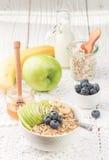 与绿色苹果计算机、香蕉、蓝莓、蜂蜜和Chia种子的燕麦粥 库存照片