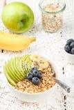 与绿色苹果计算机、香蕉、蓝莓、蜂蜜和Chia种子的燕麦粥 图库摄影