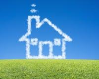 与绿色草甸、干净的蓝天和梦想的美好的风景 免版税库存图片