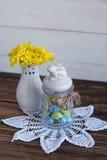 与黄色菊花和鞋带餐巾的静物画 库存照片