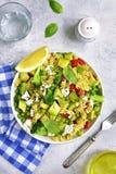 与绿色菜和希脂乳的意大利面制色拉 顶视图 免版税库存图片
