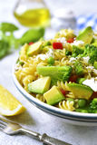 与绿色菜和希脂乳的意大利面制色拉 免版税库存照片