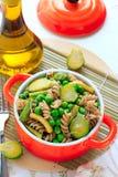 与绿色菜的整粒面团在陶瓷平底锅 免版税库存照片