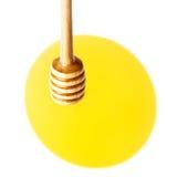 与黄色蜂蜜流动的下落的木蜂蜜浸染工被隔绝的  免版税库存图片