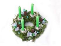 与绿色蜡烛、绿松石星和银色肋骨的出现花圈 免版税图库摄影