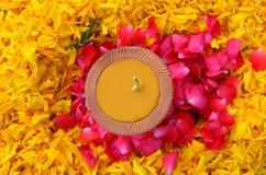 与黄色蜡烛和花的秋天花圈 免版税库存图片