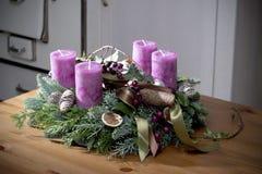 与紫色蜡烛的出现花圈 免版税库存照片