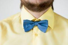 与黄色衬衣的蓝色弓领带 免版税库存照片