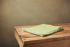 与绿色被检查的桌布的葡萄酒木桌 免版税库存照片
