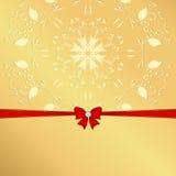 与黄色装饰品红色丝带和弓的金黄背景 免版税库存照片