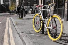 与黄色轮胎的现代唯一齿轮bycicle 库存照片