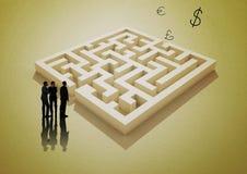 与黄色迷宫和金钱标志的商人 图库摄影
