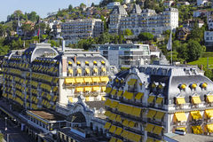 与黄色遮篷的美妙的大厦 免版税库存照片