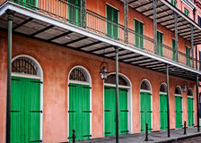 与绿色门和快门法国街区的桃红色大厦 库存图片