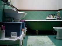 与绿色陶瓷砖的卫生间古板的样式 免版税图库摄影