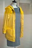 与黄色雨衣的Manequin 库存照片