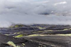 与绿色青苔和黑路,冰岛的黑暗的冰岛风景 免版税库存照片