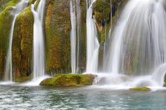 与绿色青苔的瀑布在jiuzhaigou 免版税库存图片
