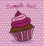 与紫色顶部的逗人喜爱的杯形蛋糕 免版税库存照片