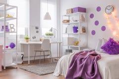 与紫色颜色的现代内部 免版税库存图片