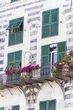 与绿色风雨棚和花的白色大厦在威尼斯,意大利 库存照片