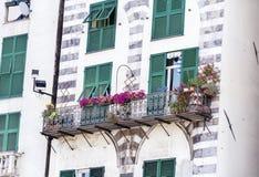 与绿色风雨棚和花的白色大厦在威尼斯,意大利 免版税库存照片