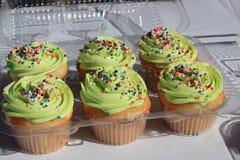 与绿色结冰的杯形蛋糕 库存照片