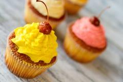 与黄色结冰的杯形蛋糕 库存照片