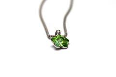 与绿色绿沸铜宝石的美丽的银色项链 珠宝 免版税库存图片