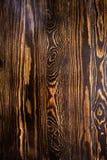 与黄色结的布朗墙壁木纹理背景 免版税库存图片
