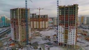 与黄色建筑用起重机的建设中高层建筑物在阳光下 公寓楼建筑工地 股票录像
