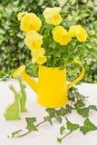 与黄色蝴蝶花的复活节装饰 免版税库存照片