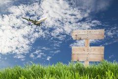 与绿色gra的木标志板和乘客飞机着陆 库存图片