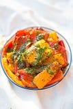 与绿色pesto的红色的开胃小菜-,绿色和红辣椒 库存图片