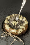 与黑芝麻籽的乳酪蛋糕在万圣夜 免版税库存照片