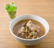 与紫花罗勒的泰国辣牛肉内脏汤 库存图片