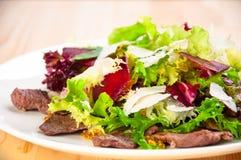 与莴苣叶子的新鲜的沙拉,油煎的牛肉,甜菜, 免版税库存图片