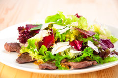 与莴苣叶子的新鲜的沙拉,油煎的牛肉,甜菜, 库存照片